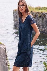 Frau in dunkelblauem Kleid