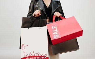 Frau hält mehrere Einkaufstaschen